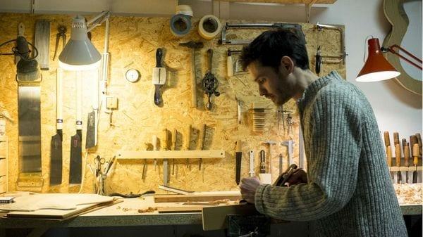 Adrien Collet dans son atelier de lutherie, à Paris, © Adrien Collet