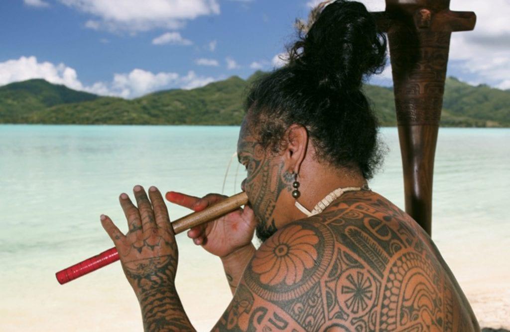 """Tahitien Jouant De La Flûte Nasale """"vivo""""©dr"""