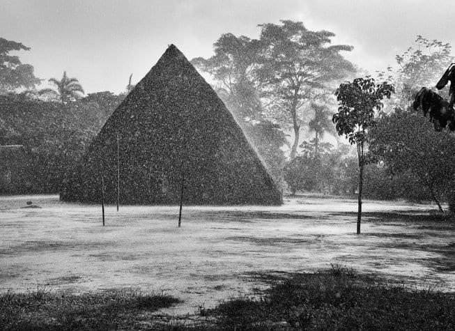 Une pluie intense sur le village de Mati-Këyawaia. Au centre, la hutte de Masempapa. Territoire indigène de la vallée de Javari. Etat d'Amazonas, Brésil, 1998, © Sebastião Salgado