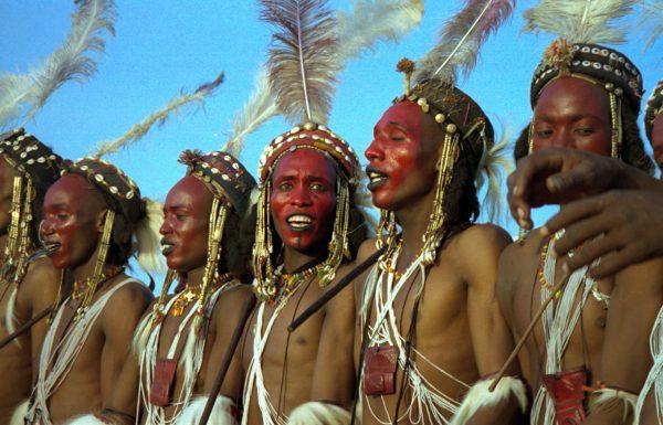 Participants Peuls Wodaabe à la fête de chant et de danse Geerewol, 1997, Niger. © Dan Lundberg, Creative Commons Attribution.