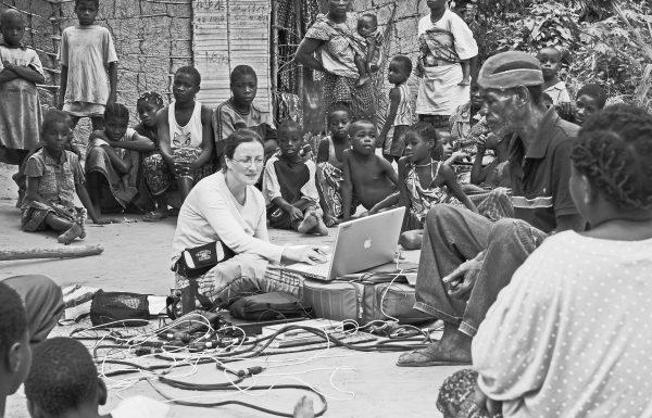 Séance d'enregistrement et d'enquête auprès des pygmées Ba Luma, Nord-Congo par Nathalie Fernando . © Philippe Auzel, juillet 2010.